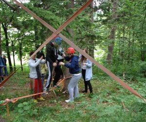 Lehrlinge erfahren Führung, Team und Koordination während eines Lehrlingsseminars.